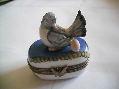 Peint Main Limoges Dove Looking at Her Egg Trinket Box