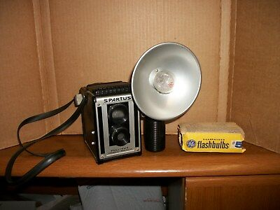 Vintage SPARTUS Full-Vue CAMERA 120 Film Top View w/Flash Attachment, 4 NOS bulb