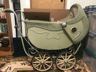 Beautiful Antique Pram/Carriage. Great condition. Big!!