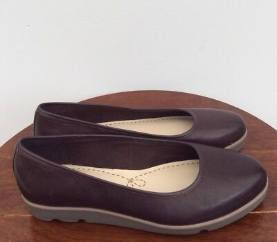 Stunning Women's Clarks Leather Flat Shoes Size 6D.