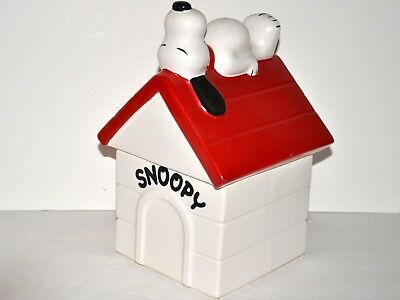 McCoy Snoopy on Doghouse cookie jar Nice condition Free Ship in USA 129