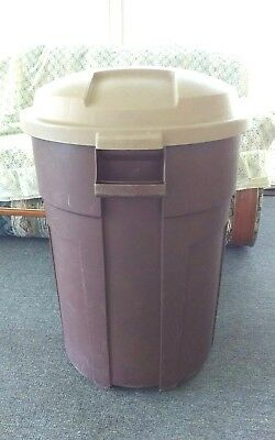 Rubbermaid Roughneck 32 Gallon Outdoor Trash Can Brown Round Waste Bin With Lid