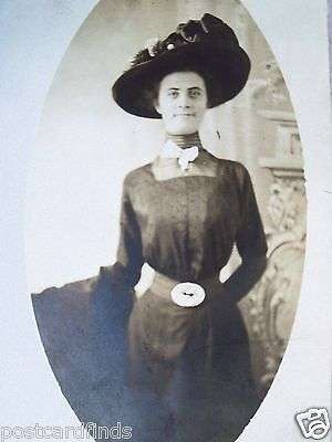 RPPC PRETTY LADY WITH VERY SMALL WAIST & LARGE HAT 1910s REAL AZO PHOTO POSTCARD
