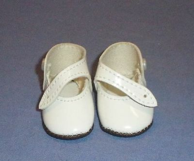 Puppenschuhe aus Kunstleder weiss 5,2 cm/pair of doll shoes pat. leath. imit.