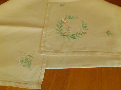 Vintage linen tablecloth square embroidered w white flowers 4 serviettes