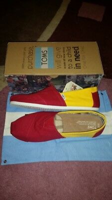 4db054a846f78 TOMS CLASSIC USC Campus Canvas Yellow / Red Give Back to The world ...