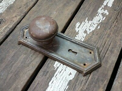 VTG Antique Old Shabby Rustic Door Knob & Metal Arrow Top Keyhole Backplate