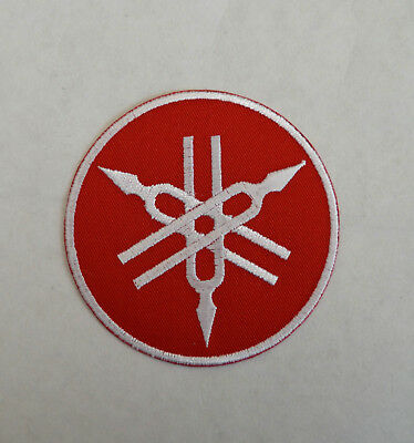 patch yamaha , fond rouge   , 7cm, broder et thermocollant