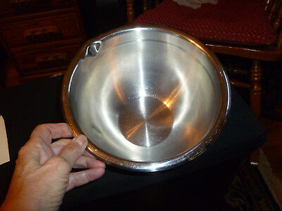 Stainless Steel Mixing Bowl with Spout 3 Qt.  pre-owned