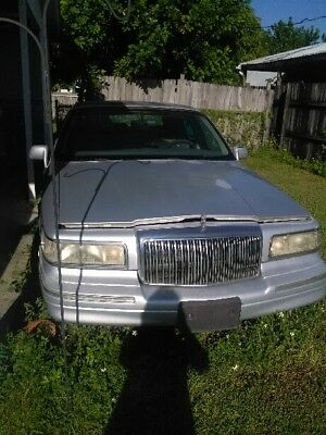 1997 Lincoln Town Car Signature Needs new spark plugs and fresh gas. Great transportation special.