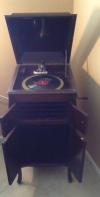 Circa 1909 RCA Victrola w/record and extra needles