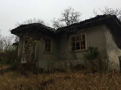 Bulgarian house for sale, with 9000 sq mt land with lots of out buildings, £8000