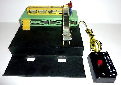 AMERICAN FLYER Black Base 770 LOADING PLATFORM with CONTROLLER + 4 CUBES/BOXES