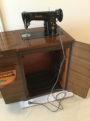 Vintage SINGER Sewing Machine with Cabinet in excellent working condition 1950's