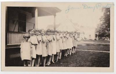 KIDS STANDING LINE HANDS ON SHOULDERS DAY PARTY OLD PHOTOGRAPH/SNAPSHOT-b1035
