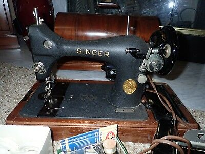 Singer Blackside 1946 Sewing Machine w/ Foot Pedal in Bentwood Case w/Key AG-867