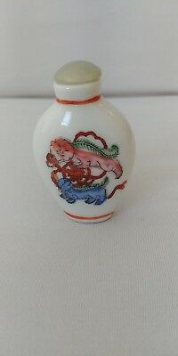 Beautiful hand painted Chinese snuff bottle perfume with dynasty mark on bottom