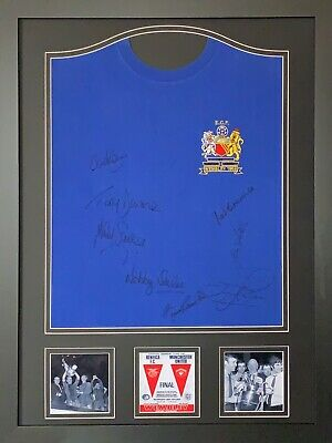 FRAMED MANCHESTER UNITED 1968 EUROPEAN CUP FINAL SHIRT SIGNED x 8 CHARLTON COA