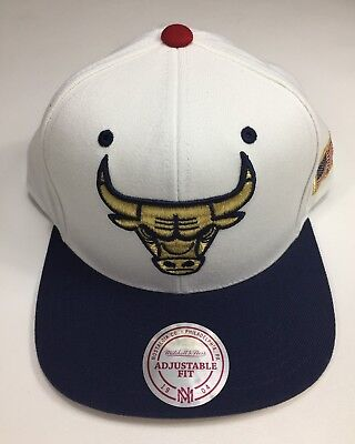 buy online ad1ab b2c63 Mitchell   Ness NBA USA 2 Tone Gold Logo Adjustable Snapback Chicago Bulls  Hat