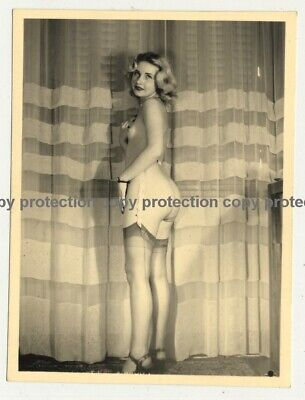 Sweet Blonde Undresses *8 / Nude - Butt (Vintage Photo ~1950s)