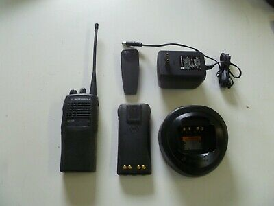 Motorola HT750 450-512 MHz UHF Two Way Radio with Charger AAH25SDC9AA3AN b47