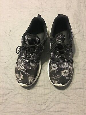 newest e5f17 bbb99 nike roshe run floral Size 11