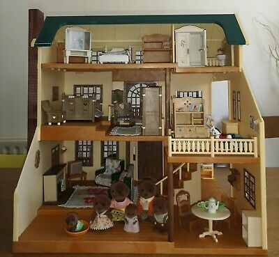 Sylvanian families Oakwood Manor - fully furnished with chocolate lab family