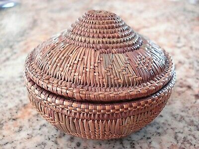 RARE EARLY 20TH CENTURY Native American HAND WOVEN SWEETGRASS BASKET WITH LID