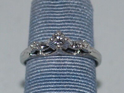 18k White gold ring with diamonds and a beautiful design