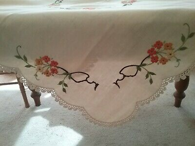 VINTAGE EMBROIDERED TABLECLOTH          Pretty Supper Cloth