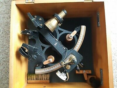 Kelvin Hughes Mate Sextant, messing/ schwarz, ca. 1950, in Holzkiste
