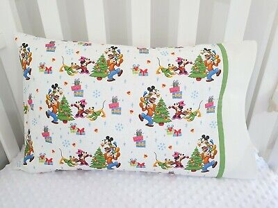 Mickey Mouse & Friends Christmas print toddler pillowcase - white/green