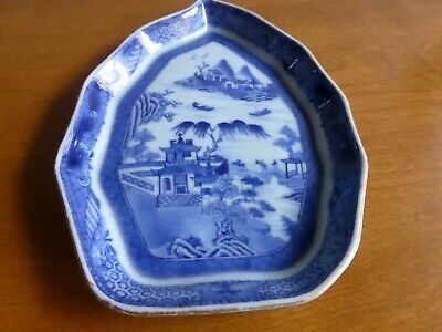 Antique Kangxi chinese export leaf dish in Blue Willow with incredible detail