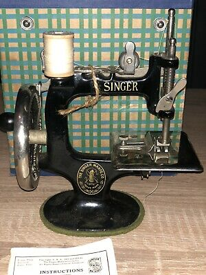 Vintage Singer Model 20 Sewhandy Child Sewing Machine Toy