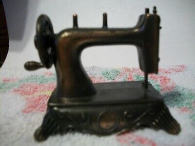 VTG, MINIATURE DIE-cast Metal HAND-CRANK- MOVING NEEDLE SEWING MACHINE