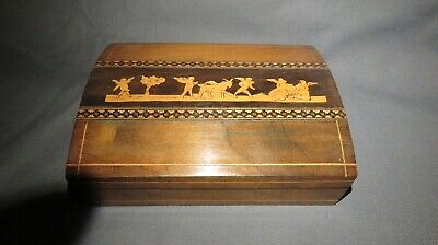 AN EARLY 20th CENTURY INLAYED SORRENTO PLAYING CARD BOX