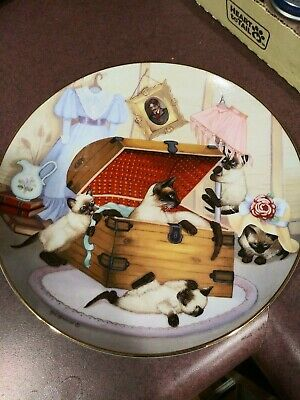Cat plate with cat figurines