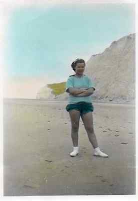 Photographie anonyme vintage snapshot femme plage mode