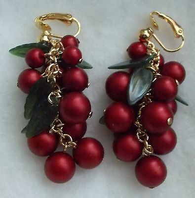 VINTAGE AVON RED LUSH  CRANBERRY GRAPE CLUSTER GOLD TONE CLIP ON EAR RINGS