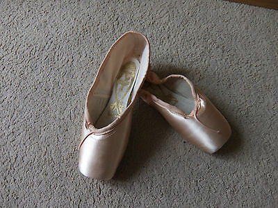 Pink Satin Freed Classic pointe shoes - Size 2.5M  - Maker A
