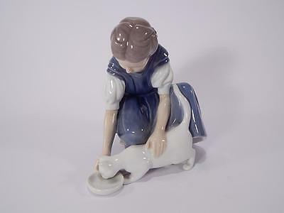 """STATUINA ROYAL COPENHAGEN BING&GRONDAHL """"Only one Drop, Girl with Cat Drinking M"""