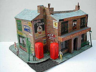 O gauge 7mm Pub & General Store / shop with figures telephone boxes