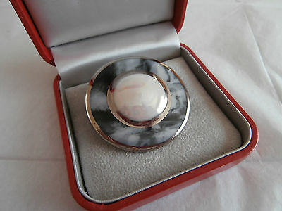 Vintage silver tone circular brooch with grey marble effect pearlised cabouchon