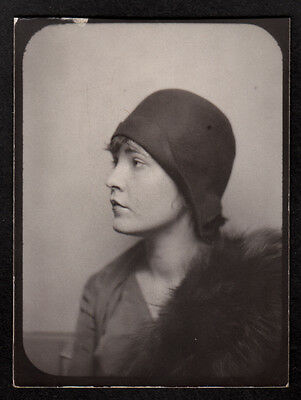 DISTRACTED SEXY FLAPPER WOMAN TURNS AWAY in HAT ~ 1920s PHOTOBOOTH PHOTO