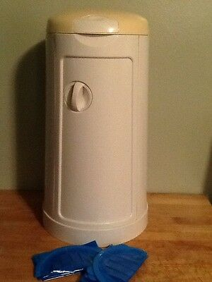 Munchkin Diaper Pail With 2 Refill Bags ��