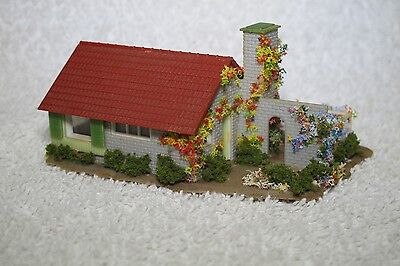 N Gauge Track Side Family House With Gardens 4 Train Set Model Railway Layout.