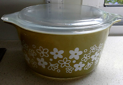 PYREX 'CRAZY DAISY' HOTPOT WITH LID - OLIVE GREEN & WHITE - RETRO CASSEROLE (sm)