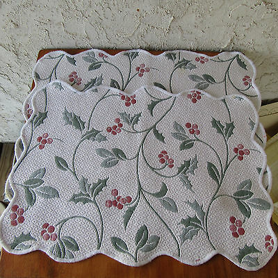 2 Quilted Christmas Placemats Colchas Domingos Holly Ivy Berries Scalloped Edges