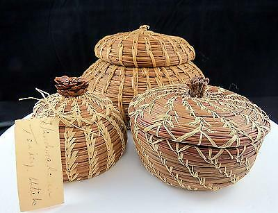 """Handwoven 3 Pc Tenney, Utah Straw & Needle 3 1/4"""" Baskets With Lids"""