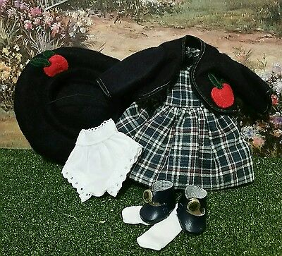 Vogue doll Ginny school uniform.Doll not included.All the clothing shown is!Mint